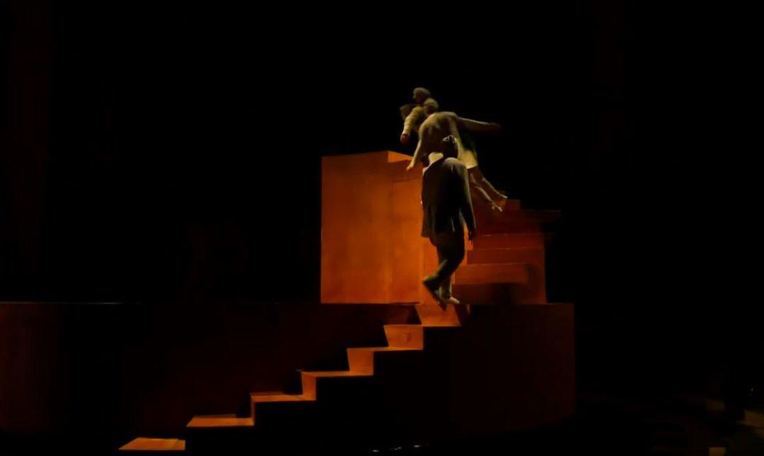 Diese akrobatische Kunstinstallation hat etwas absolut Hypnotisierendes